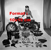 Reproduction D'une Photographie Ancienne D'une Femme Sur Une Moto Présentant L'ensemble Des Accessoires Possibles - Repro's