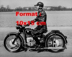 Reproduction D'une Photographie Ancienne D'un Motard Vêtu En Cuir Noir Sur Un Moto BMW En 1950 - Repro's