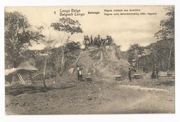 Belgisch Congo Belge Katanga Indigènes Nivelant Une Termitière Postkaart Termietenwoning Carte Postale EP Kinshasa - Congo Belge - Autres