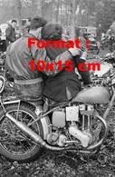 Reproduction D'une Photographie Ancienne D'un Couple D'amoureux Sur Une Moto En 1950 - Repro's