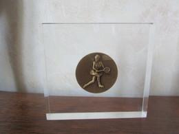 RÉCOMPENSE - TROPHÉE Incursion Médaille Bronze Diamètre 50 Mm  TENNIS Femme Dans Bloc Plexi Transparent - Tenis