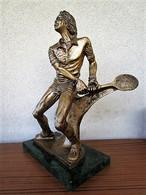 Grand TROPHÉE Récompense TENNIS HOMME Neuf En Résine Couleur Bronze Poids 1,800 Kg Hauteur : 34 Cm - Tennis