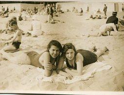 Photo De Deux Jolie  Jeune Femme Souriante  Allongé Sur Le Sable A La Plage - War, Military