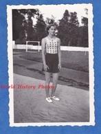 Photo Ancienne Snapshot - Beau Portrait De Jeune Femme - 1937 - Fille Girl Mode Fashion Haut à Pois Jupe Robe Chaussures - Pin-Ups
