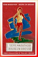 SUPERBE PIN'S ATHLETISME : BOURG En BRESSE (01) Le SEMI-MARATHON En Zamac Cloisonné Base Or, Format 3X1,9cm - Athletics
