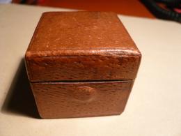 Ancien Encrier De Voyage Carré, Gaîné De Cuir Marron -Dimensio.:40x40mm H=38mm- Avec Ouverture Par Bouton-poussoir Poids - Inkwells