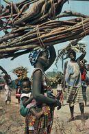 CARTE POSTALE D'AFRIQUE - PORTEUSE DE FAGOTS - L'AFRIQUE EN COULEURS - Postcards