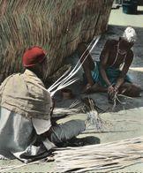 CARTE POSTALE D'AFRIQUE - FABRICATION DE TAPIS - AFRICOLOR - Postcards