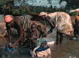 CARTE POSTALE D'AFRIQUE - LESSIVE DANS LA RIVIERE - L'AFRIQUE EN COULEURS - Postcards