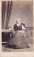 ANTIQUE CDV PHOTO.  OLDER LADY SEATED AT TABLE.  ISLINGTON STUDIO - Photographs