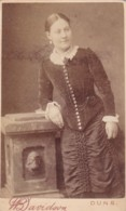 ANTIQUE CDV PHOTO.  LADY LEANING ON A PILLAR.  DUNS STUDIO - Photographs