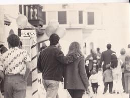 GENTE EN LA CALLE PEOPLE AT THE STEET, PLACE A IDENTIFI. VINTAGE FOTO PHOTO ORIGINAL SIZE 21x15cm CIRCA 1950s-TBE- BLEUP - Personnes Anonymes