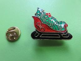 274 - Pin's - Traîneau De Noel - Sapin - Cadeaux - Décorations - Christmas