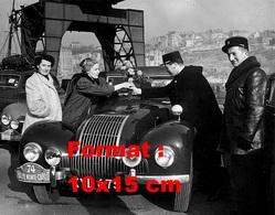 Reproduction D'une Photographie D'une Femme Recevant Un Bouquet De Fleurs D'un Gendarme Au Rallye De Monte Carlo 1950 - Reproducciones