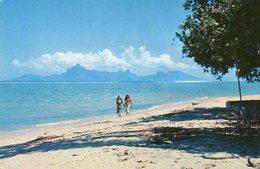 Greetings From TAHITI Promenade Sur La Plage De Sable Blanc De PAEA Avec Moorea à L'horizon Deux Tahitiennes - Polynésie Française