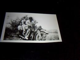 Photographie Noir Et Blanc Kodak Jeunes Gens Sur Motocyclette - Photos