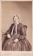 ANTIQUE CDV PHOTO - SEATED OLDER LADY . LONDON STUDIO - Photographs