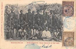 Afrique. Madagascar:   Morondava  Chefs Sakalaves Et Leur Suite   ( Voir Scan) - Madagascar