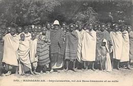 Afrique. Madagascar:    Impoïnimerina  Roi  Des Basses Imamono Et Sa Suite          (voir Scan) - Madagascar
