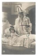 Le Grand Saint Nicolas, Mitre, Crosse, Bénit Une Petite Fille Au Lit. - Saint-Nicolas