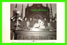 QUÉBEC - BONHOMME CARNAVAL SIGNANT LE LIVRE D'OR, EN 1963 - ARCHIVES DE LA VILLE DE QUÉBEC - - Québec - La Cité