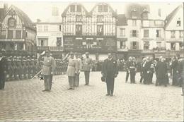 60 BEAUVAIS CPA  Carte Photo Défilé Commémoration  Devant Magasin Henri DEVRED Vêtements - Beauvais