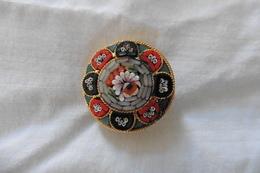 Broche Ancienne Dorée Ronde En Micro-mosaique De Venise Italie Millefiori Gris Rouge Noir Motif Fleurs - Brooches