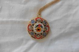 Pendentif Ancien Doré Rond En Micro-mosaique De Venise Italie Millefiori Multicolore Motif Fleurs - Pendants