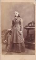 ANTIQUE CDV PHOTO - STANDING LADY. LONG DRESS . BIGGLESWADE STUDIO - Photographs