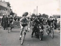 799 - 1 Photo - La Course Est Lancée Sous L'oeil Du Motard De La Gendarmerie - Cyclisme