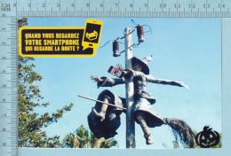ADVERTISING - PUBLICITÉ -  CPM Accident DeSorciere Regardant Son Smartphone - Comic, Securité Au Volant - Humour