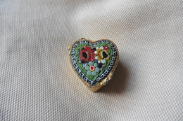 Boite A Pilules Ancienne Dorée Forme Coeur En Micro-mosaique De Venise Italie Millefiori Vert Clair Motif Fleurs - Boxes