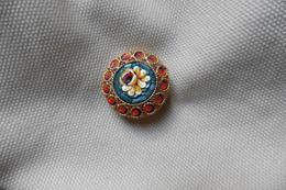 Broche Ancienne Dorée Ronde En Micro-mosaique De Venise Italie Millefiori Bleu Rouge Motif Fleur Jaune - Brooches