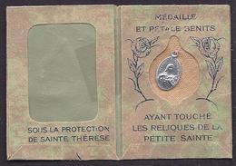 Médaille Et Pétale Bénits Ayant Touché Les Reliques De Sainte Thérése Pochette Souvenir Orphelins Apprentis D'Auteuil - Religione & Esoterismo