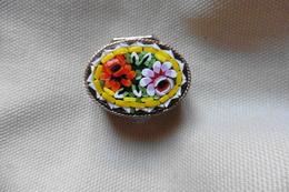 Boite A Pilules Ancienne Argentée Ovale En Micro-mosaique De Venise Italie Millefiori Jaune Motif Fleurs - Boxes