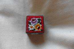 Boite A Pilules Ancienne Argentée Carrée En Micro-mosaique De Venise Italie Millefiori Rouge Motif Fleurs - Boxes