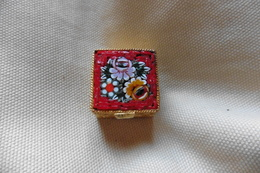 Boite A Pilules Ancienne Dorée Carrée En Micro-mosaique De Venise Italie Millefiori Rouge Motif Fleurs - Boxes