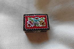 Boite A Pilules Ancienne Dorée Rectangulaire En Micro-mosaique De Venise Italie Millefiori Rouge Motif Fleurs - Boxes
