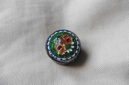 Boite A Pilules Ancienne Ronde En Micro-mosaique De Venise Italie Millefiori Verte Motif Fleurs - Boxes