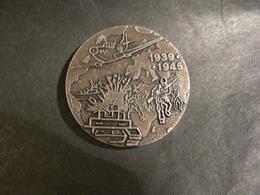 Médaille - 1939 1945 - GID - Diamètre 4cm - 27g - Avion - Chars - Soldats - Carte - Other