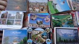 Un Peu Plus De 2000 CPM étrangères,dont De Nombreuses Avec Timbres ,poids 9Kg500 - Cartes Postales