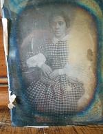 Daguerréotype FEMME ROBE A CARREAUX - Photographs