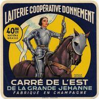 ETIQUETTE     DE FROMAGE   NEUVE  CARRE DE L'EST DE LA GRANDE JEHANNE JEANNE D'ARC CHAMPAGNE LAITERIE COOP DE DONNEMENT - Fromage