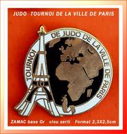 SUPER PIN'S JUDO : TOURNOI DE LA VILLE DE PARIS En ZAMAC Base Or, Visuel TOUR EIFFEL, Format 2,3X2,5cm - Judo