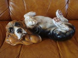Terre Cuite Basset Hound Couché Sur Le Dos - Sculptures