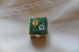 Boite A Pilules Ancienne Dorée Carrée En Micro-mosaique De Venise Italie Millefiori Verte Motif Fleurs - Boxes