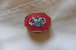 Boite A Pilules Ancienne Dorée Octogonale En Micro-mosaique De Venise Italie Millefiori Rouge Motif Fleurs - Boîtes/Coffrets