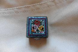 Boite A Pilules Ancienne Dorée Carrée En Micro-mosaique De Venise Italie Millefiori Bleu Clair Motif Fleurs - Boîtes/Coffrets