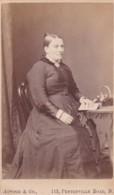 ANTIQUE CDV PHOTO.- SEATED LADY .  LONDON STUDIO - Photographs