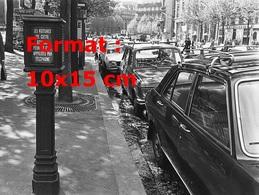 Reproduction D'une Photographie De Taxis Parisien Garés Le Long D'un Trottoir En 1970 - Reproductions